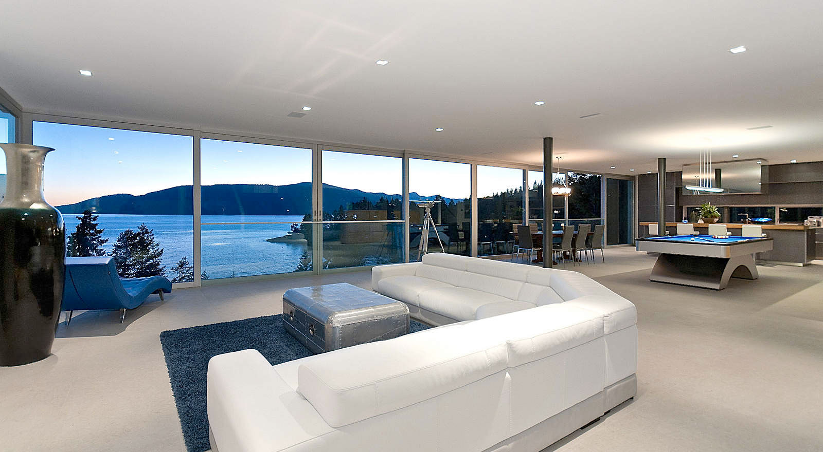 Calm and Cool Contemporary Residence in West Vancouver (1)
