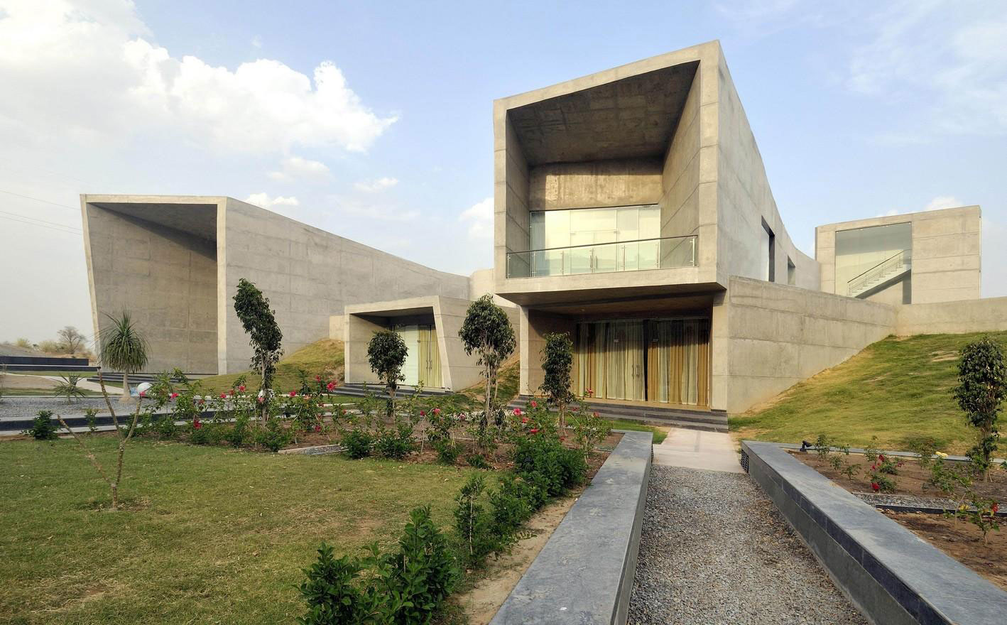 The Courtyard House by Sajay Puri Architects (4)