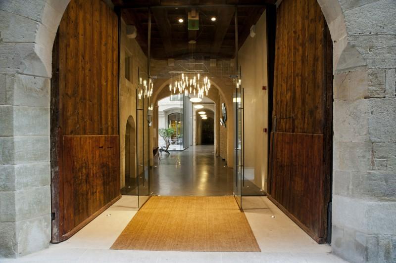 Mercer hotel barcelona by rafael moneo for Hotel entrance door designs