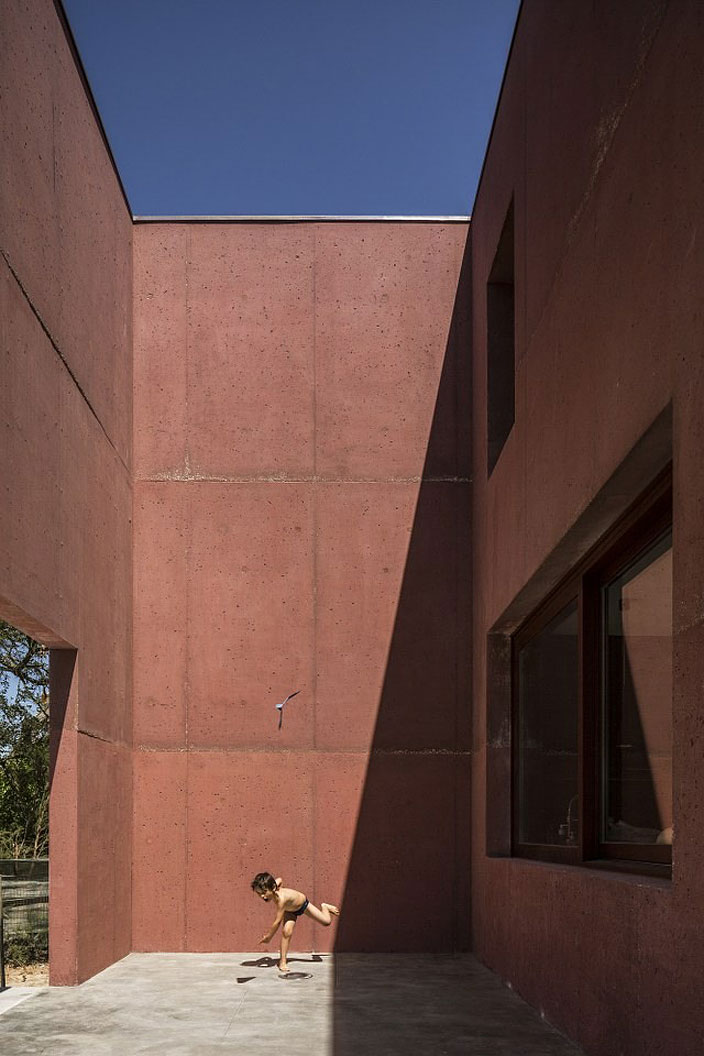 Three Courtyards House by Miguel Marcelino (7)