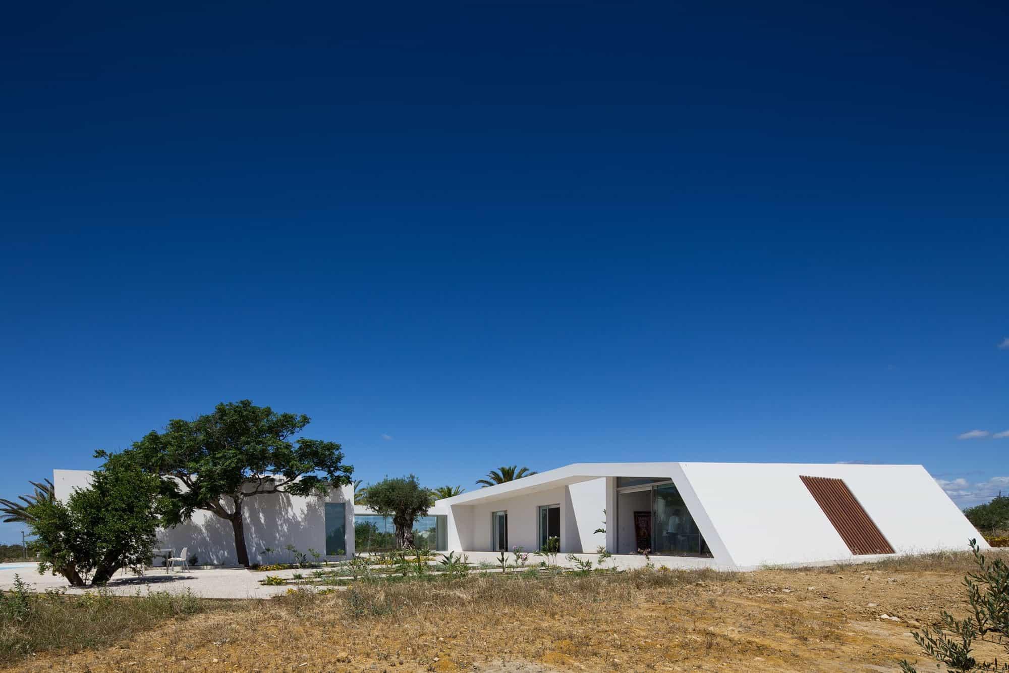 House in Tavira by Vitor Vilhena Architects (1)