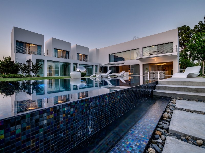 Unique Contemporary Villa By Nestor Sandbank