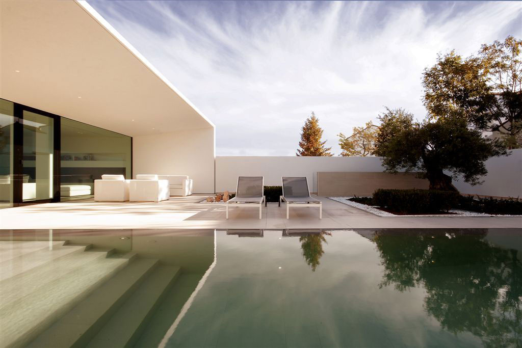 Jesolo Lido Pool Villa by JM Architecture (2)