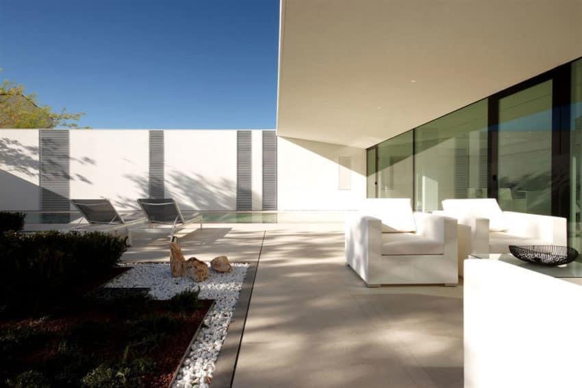 Jesolo Lido Pool Villa by JM Architecture (3)