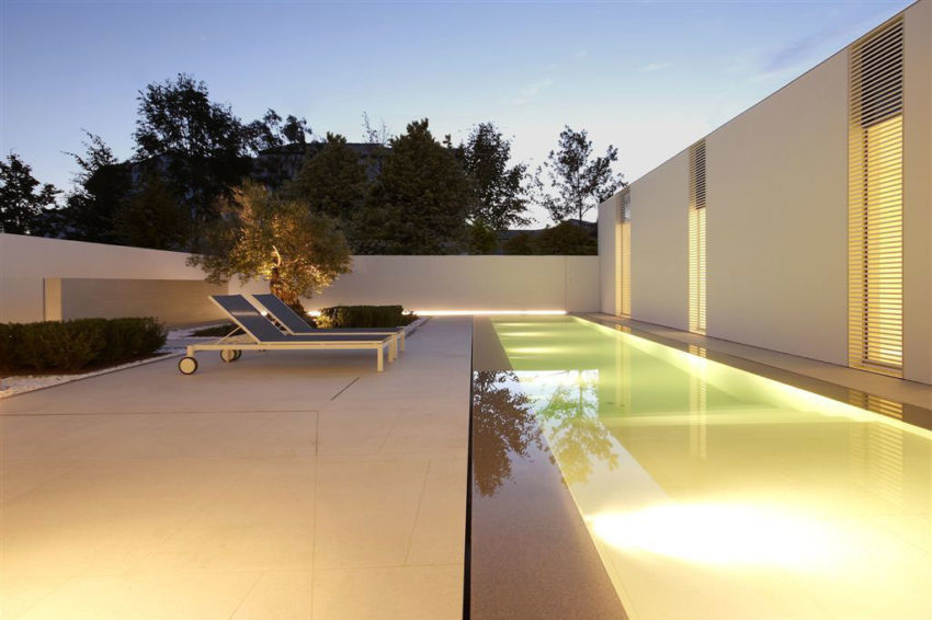 Jesolo Lido Pool Villa by JM Architecture (15)