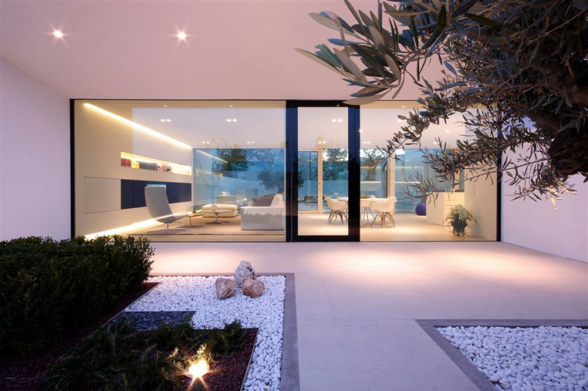 Jesolo Lido Pool Villa by JM Architecture (16)