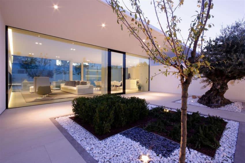 Jesolo Lido Pool Villa by JM Architecture (17)