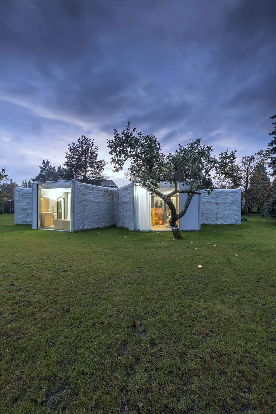 Chameleon House by Petr Hajek Architekti (9)