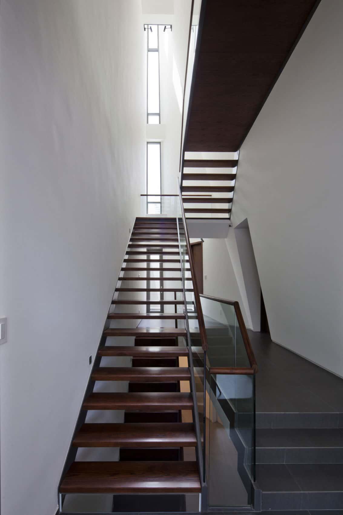Folding Wall House by NHA DAN ARCHITECT (6)