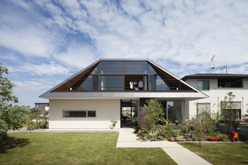 House with a Large Hipped Roof by Naoi Architecture (1)