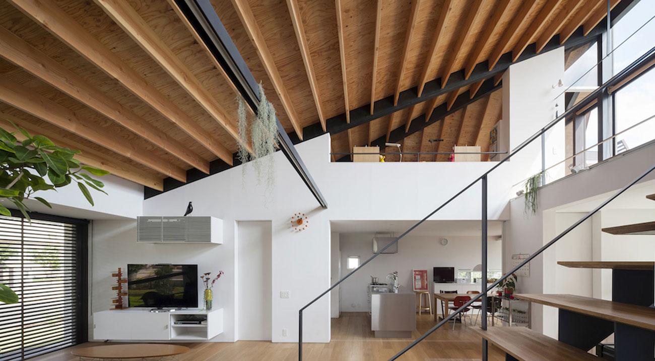 House with a Large Hipped Roof by Naoi Architecture & Design Office