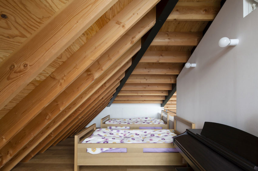 House with a Large Hipped Roof by Naoi Architecture (11)