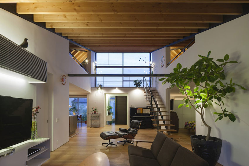 House with a Large Hipped Roof by Naoi Architecture (12)
