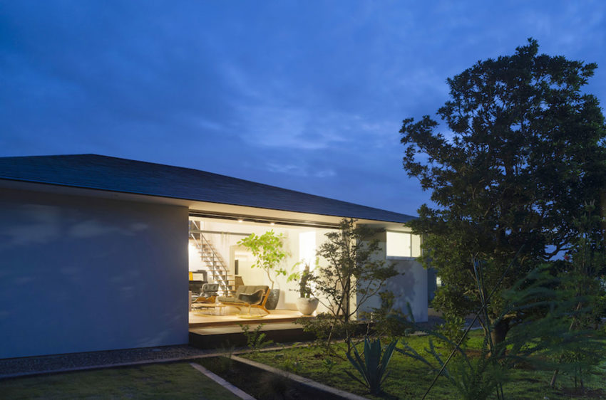 House with a Large Hipped Roof by Naoi Architecture (13)