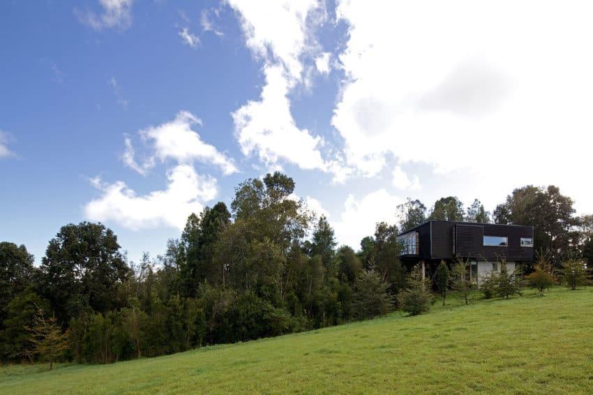 Casa Estero Puente by Aranguiz-Bunster Arquitectos