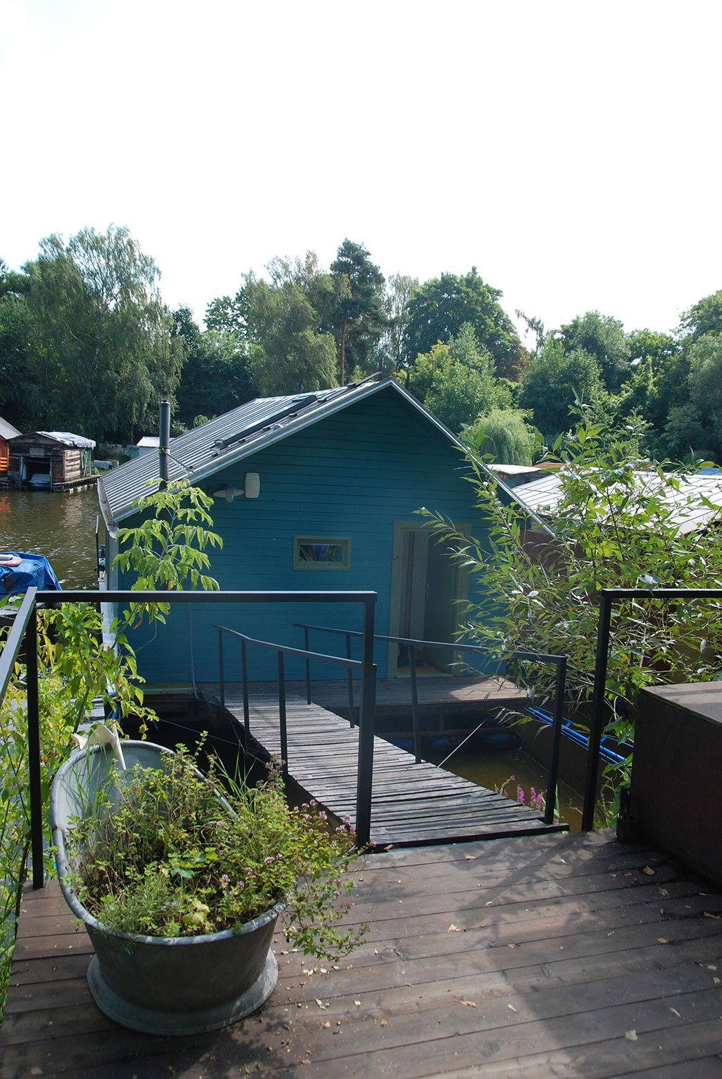 Houseboat by Mjölk Architekti (4)