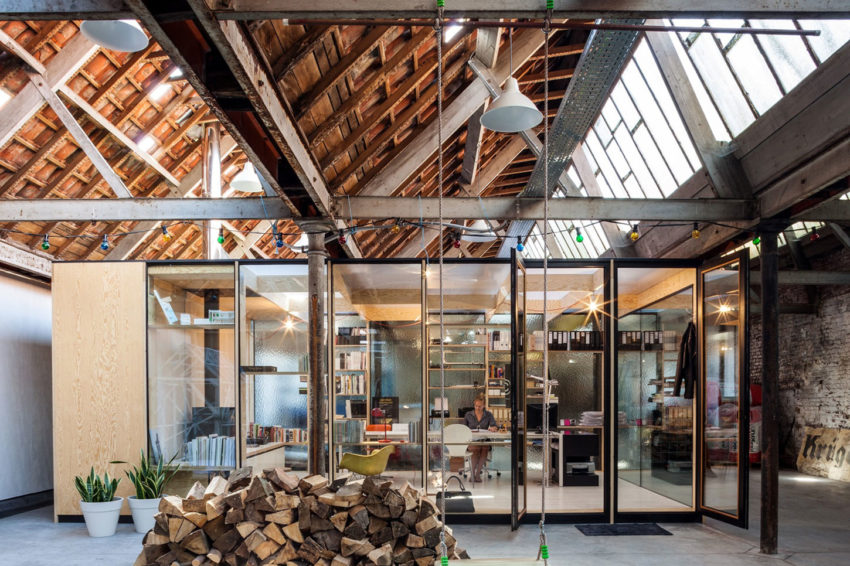 Office Space in Former Factory by Julie D'Aubioul (4)