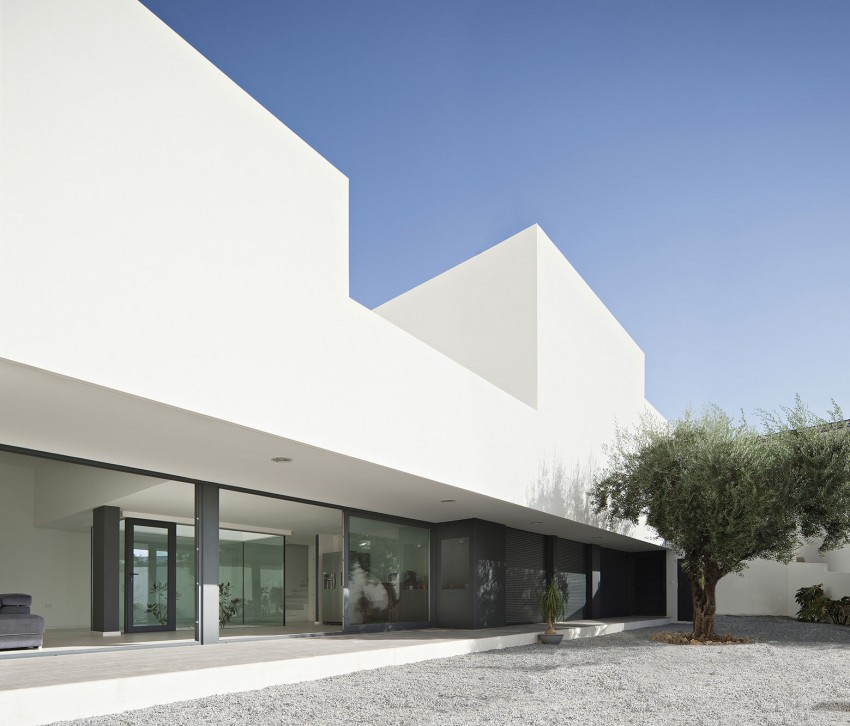 Single Family House with Garden by DTR_Studio Arquitectos (3)