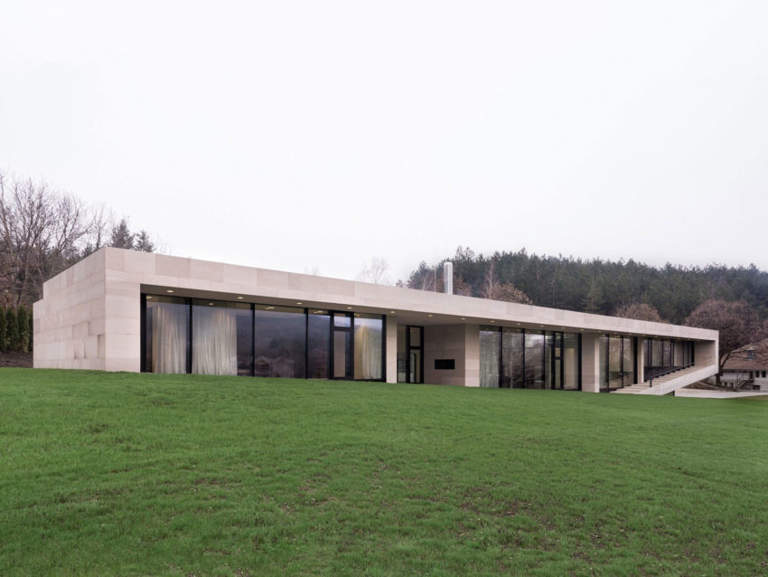 Slight Slope Long House by I/O Architects (1)
