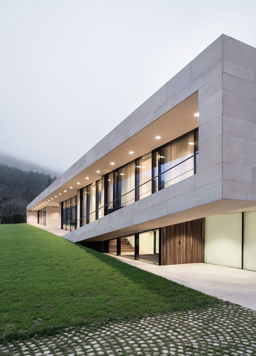 Slight Slope Long House by I/O Architects (11)