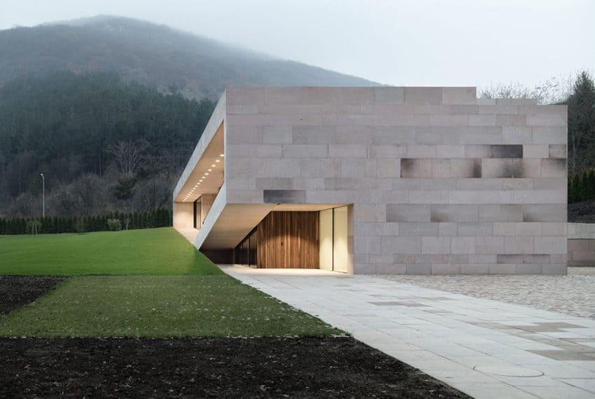 Slight Slope Long House by I/O Architects (13)