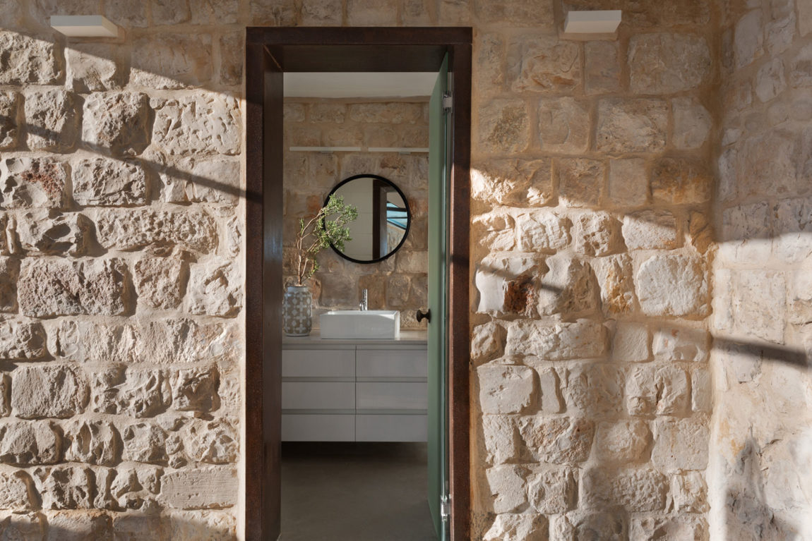 Stone House Conversion by Henkin Shavit Architecture (18)