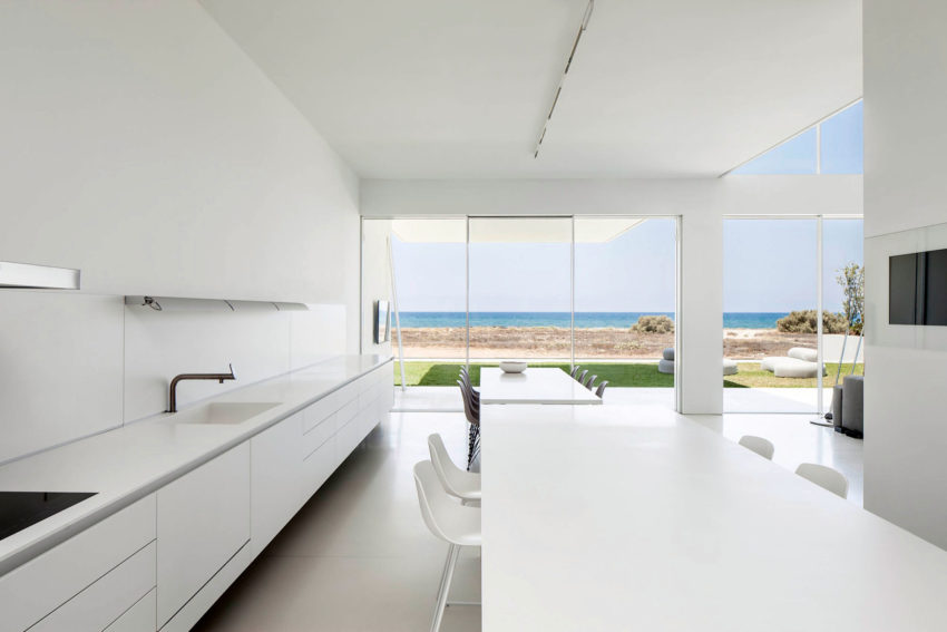 A House by the Sea by Pitsou Kedem Architects (11)