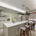 A Spacious Apartment Full of Contemporary Elegance (13)