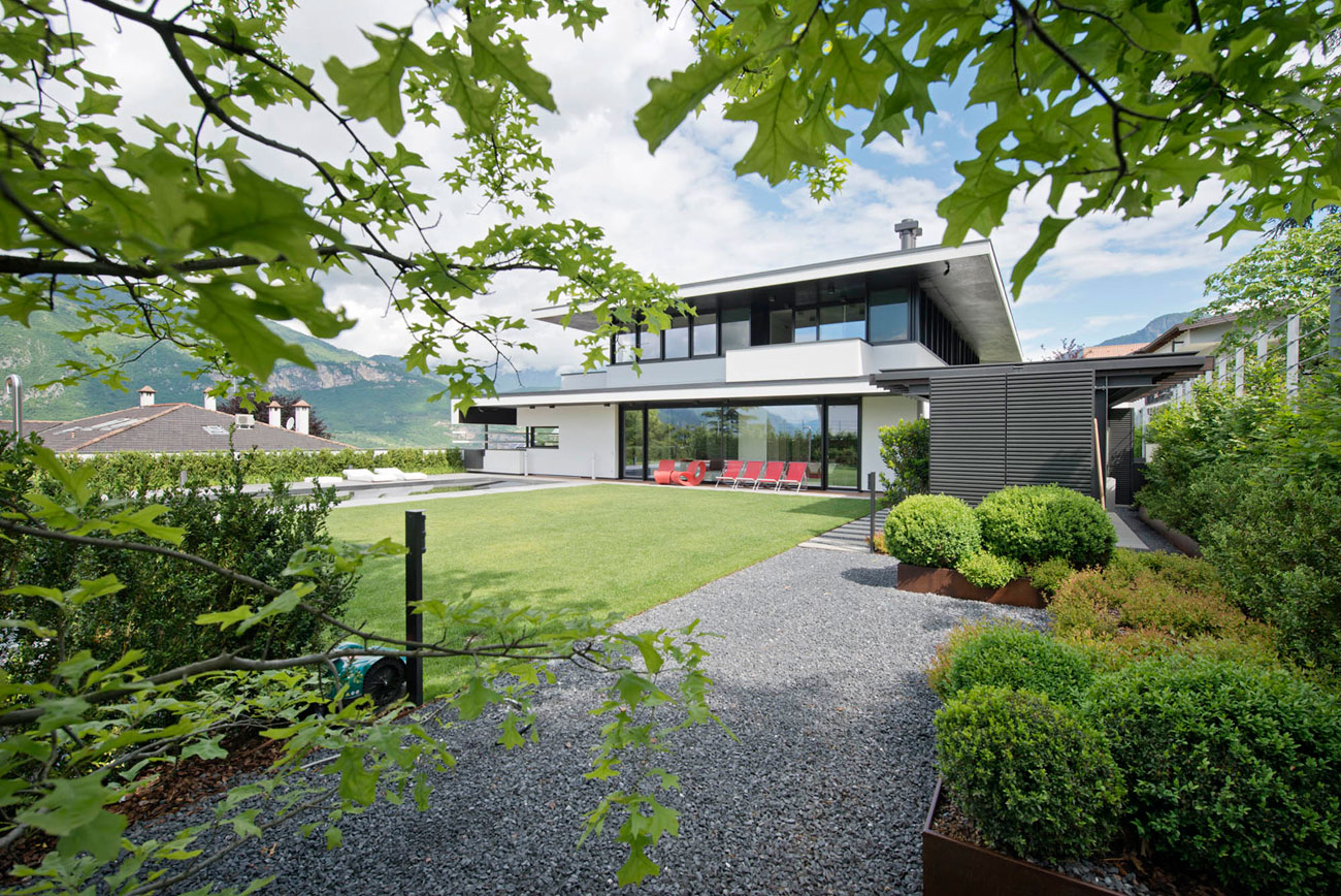 A Stunning Contemporary Home with Exquisite Landscaping