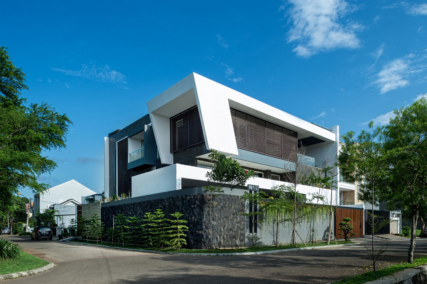 Dp hs architects designs a contemporary home in jakarta for Modern design houses for sale