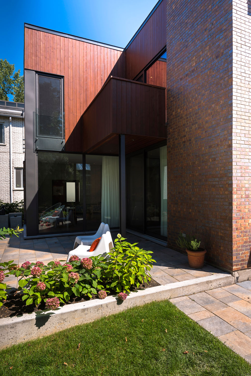 Home in Montreal by Anik Peloquin Architecte (5)