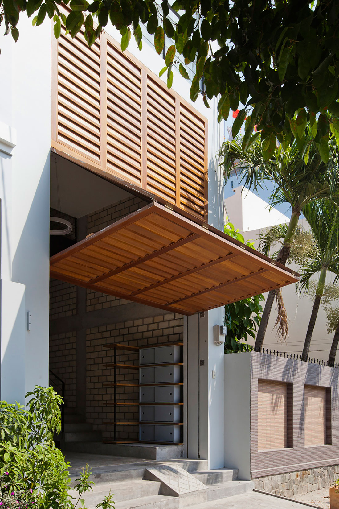 Townhouse with a Folding-Up Shutter by MM++ architects (3)