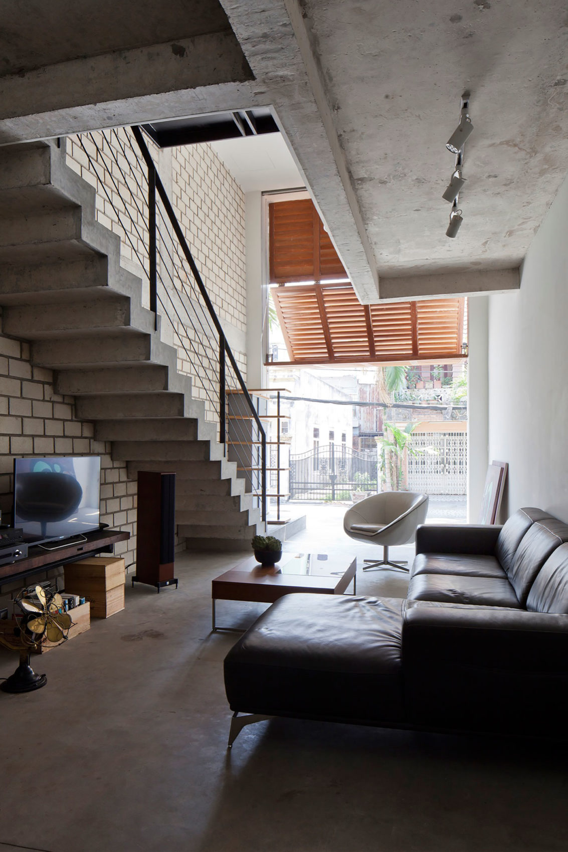 Townhouse with a Folding-Up Shutter by MM++ architects (8)