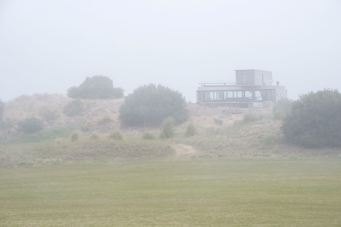 Golf House by Luciano Kruk Arquitectos (1)