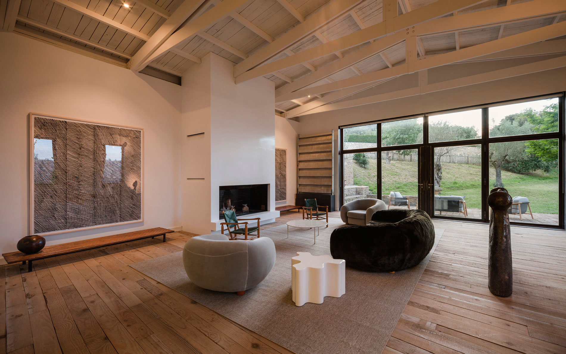 A rustic home full of art designed by francesc rif studio for Interni casa moderna