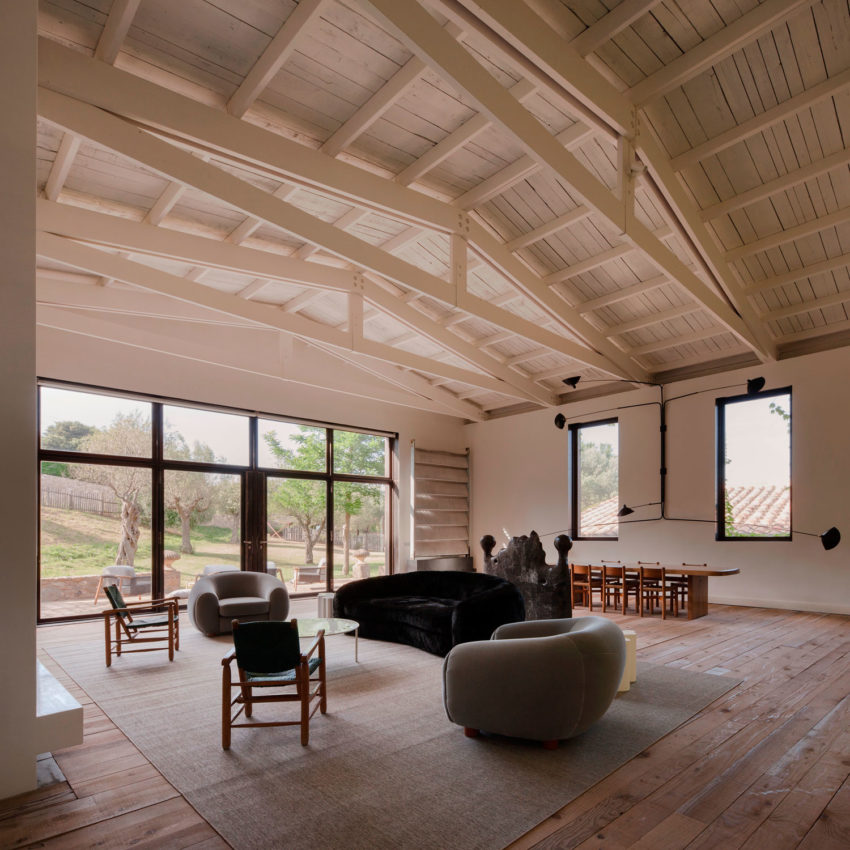A rustic home full of art designed by francesc rif studio - Decoracion de casas antiguas ...