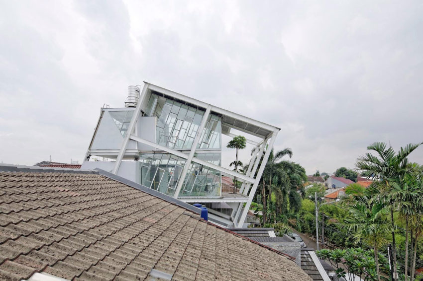 Slanted House by Budi Pradono Architects (2)