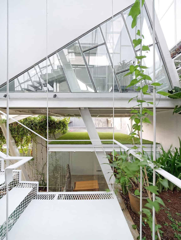 Slanted House by Budi Pradono Architects (3)