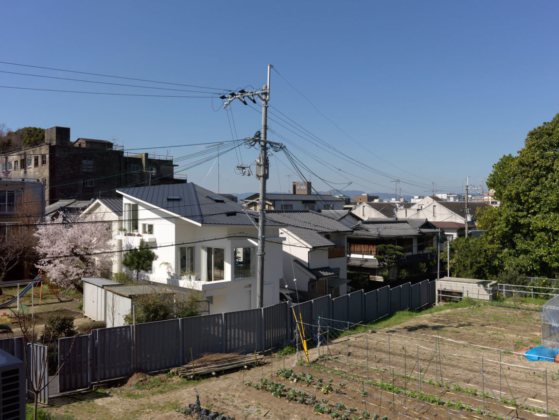 The Corner House in Kitashirakawa by UME Architects (1)