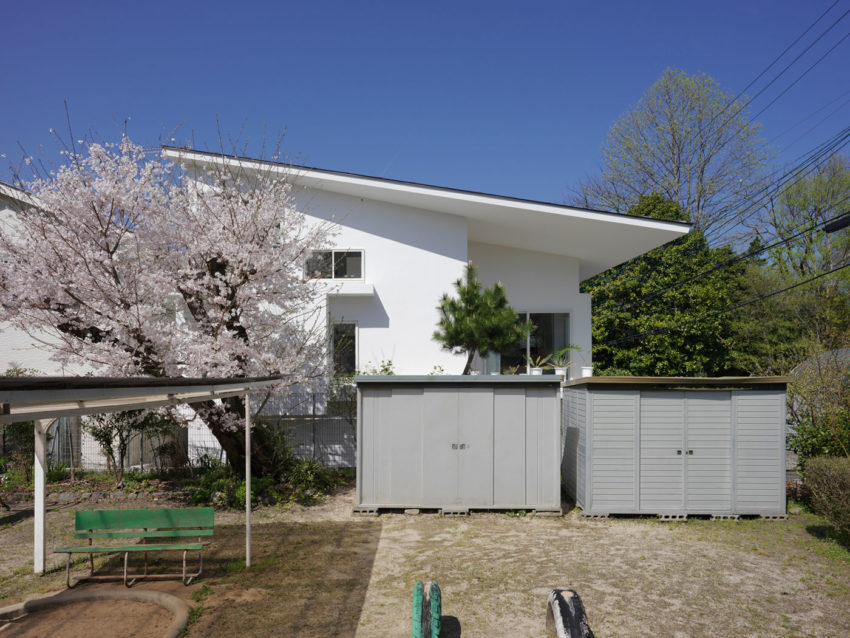 The Corner House in Kitashirakawa by UME Architects (4)