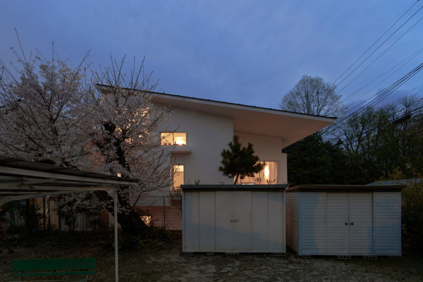 The Corner House in Kitashirakawa by UME Architects (18)