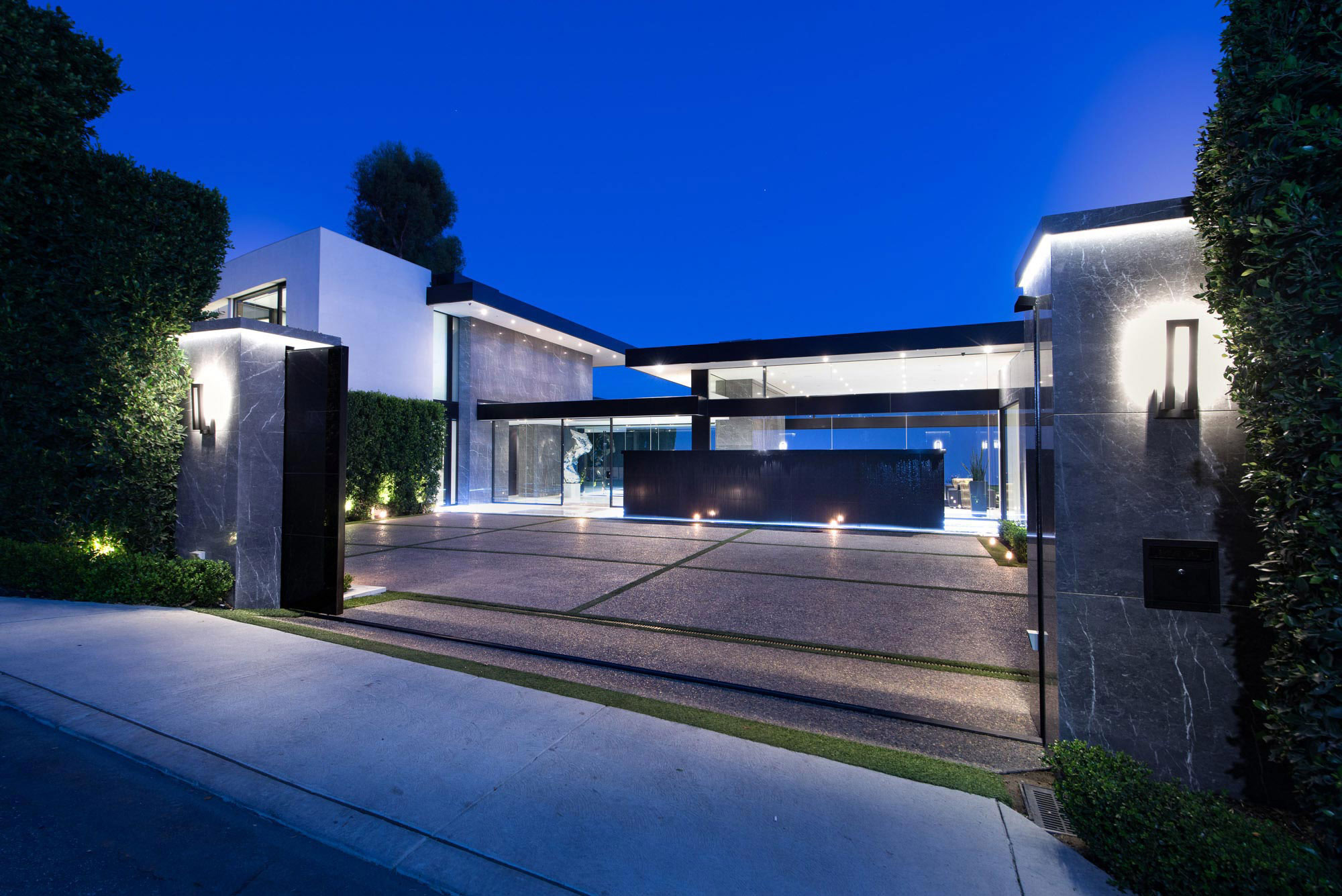 A luxurious contemporary home goes for sale in bel air for Pics of modern houses