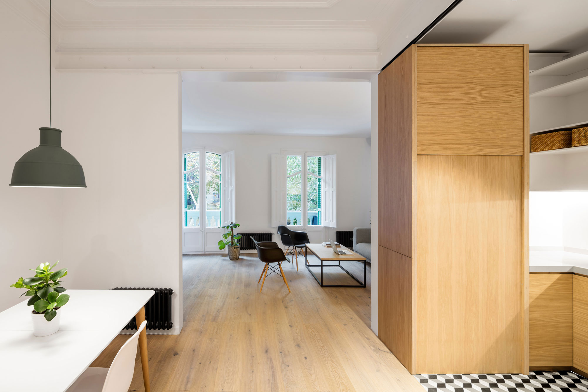 EO Arquitectura Remodels a Minimalist Apartment in Barcelona