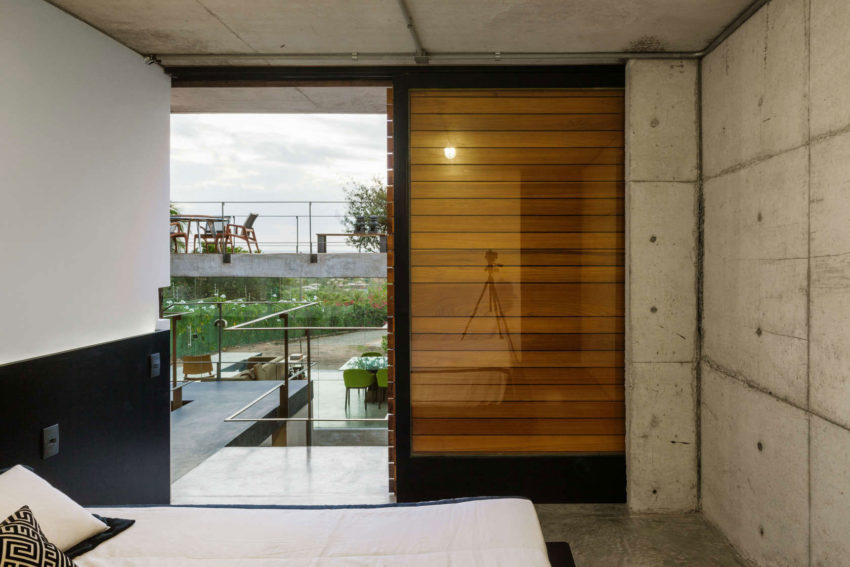 Two Beams House by Escritório Yuri Vital (21)