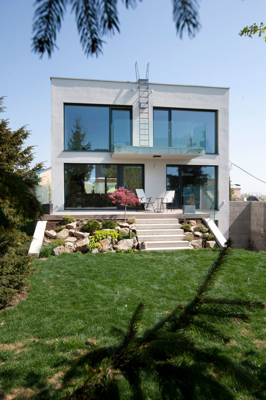 Architekti ebo lich design a contemporary villa in for Design hotel 21 bratislava