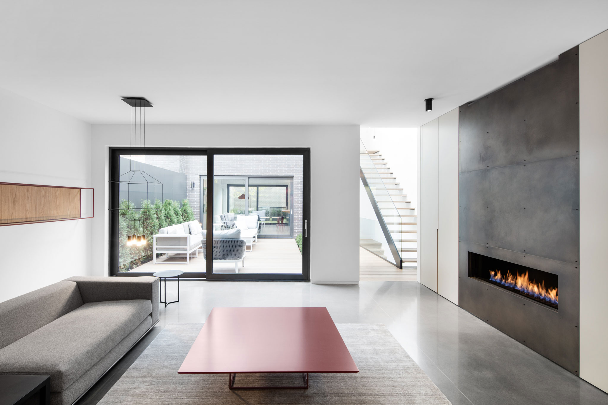 Manon b langer designs a minimalist contemporary home in for Modern house design minimalist