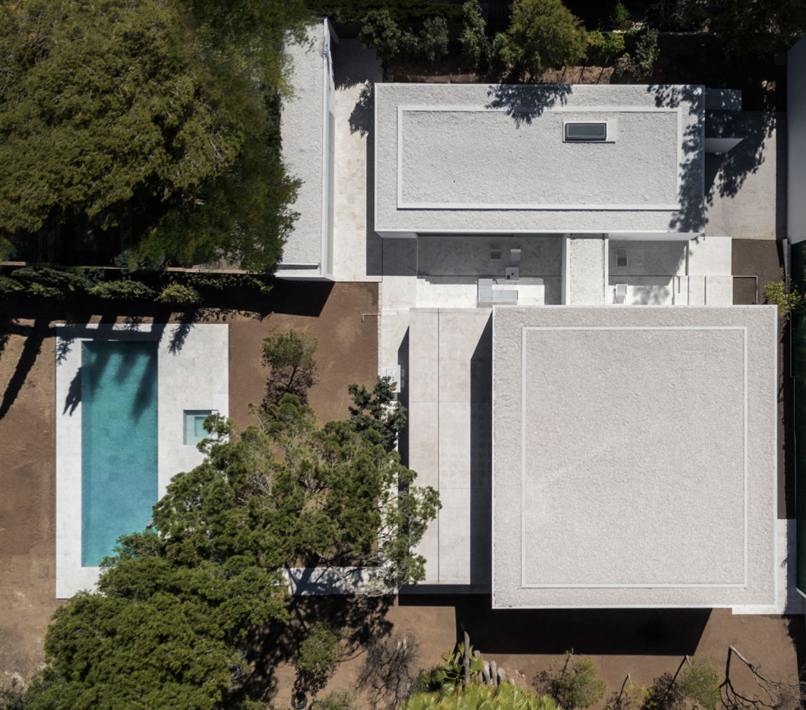 House in a Pine Forest by Fran Silvestre Arquitectos (1)