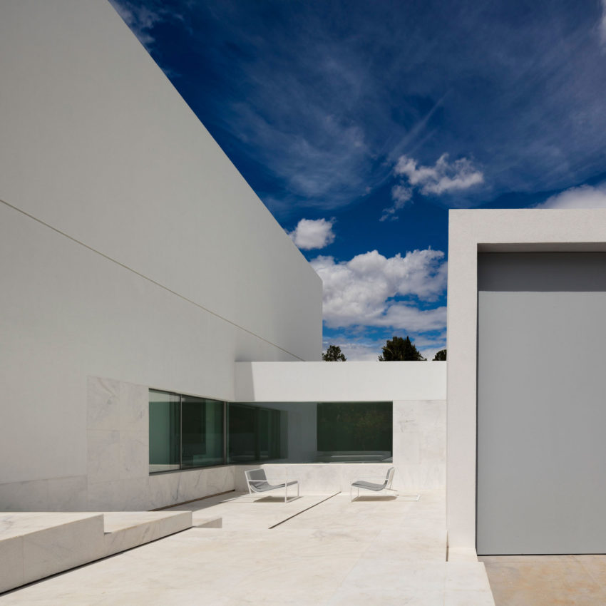 House in a Pine Forest by Fran Silvestre Arquitectos (6)