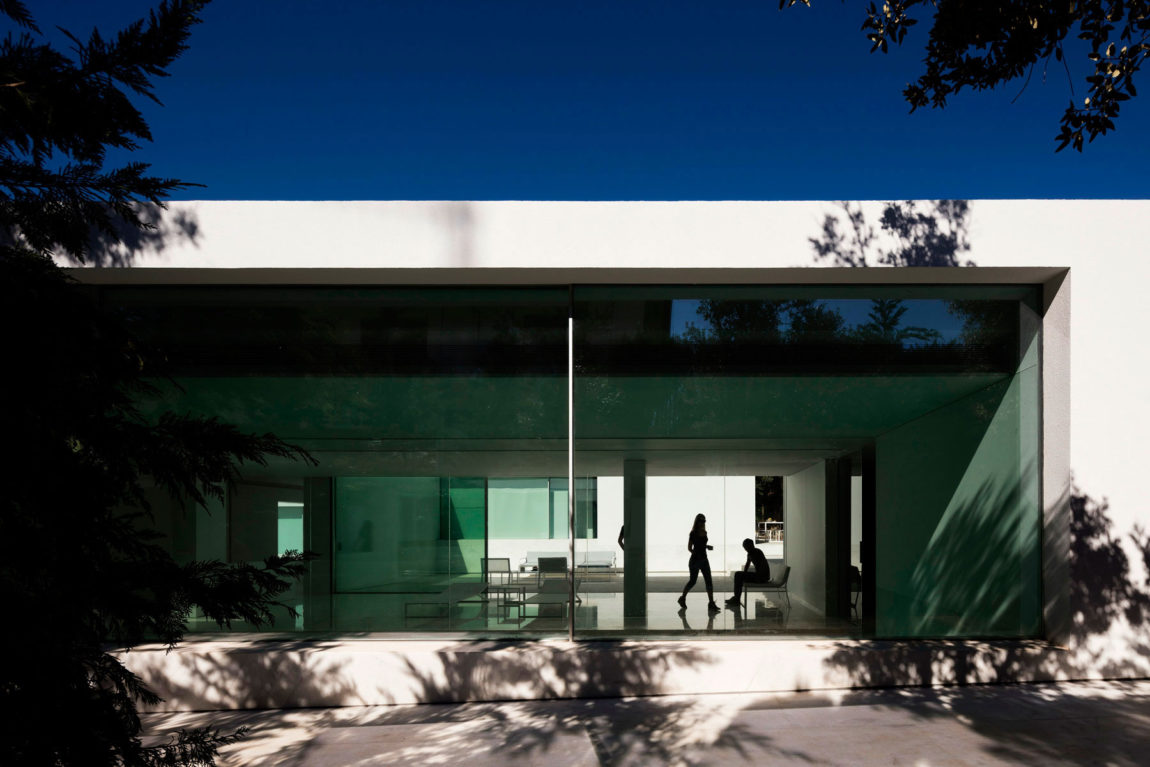 House in a Pine Forest by Fran Silvestre Arquitectos (8)