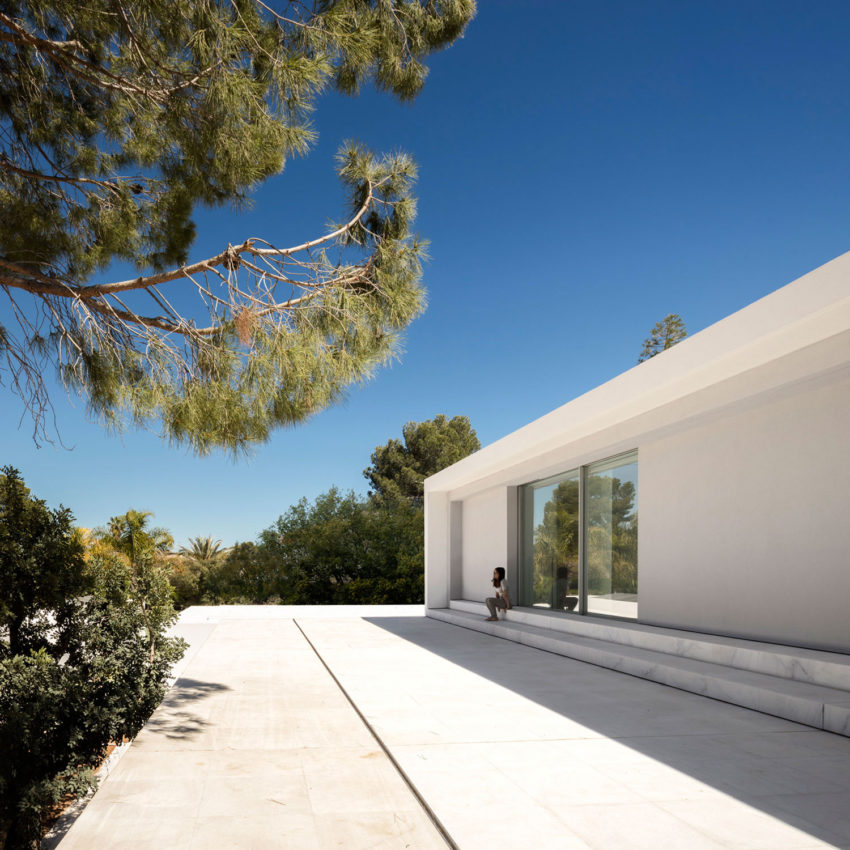 House in a Pine Forest by Fran Silvestre Arquitectos (9)